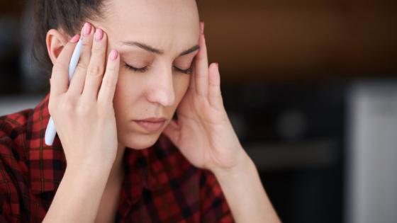 I malanni di stagione, cosa fare con mal di testa e febbre: ecco 3 rimedi